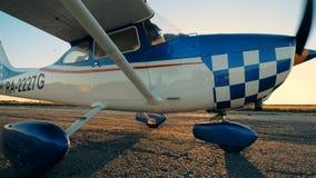 Biały samolot wolno poruszający na pasie startowym, boczny widok zbiory