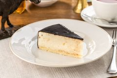 Biały souffle tort z ciemnym lodowaceniem na drewnianym stole zdjęcie stock