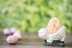 Białych cakli jajeczna filiżanka z honeycomb, przeciw zielonemu tłu fotografia stock