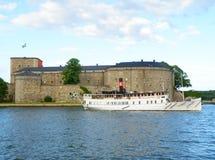 Biała łódź i Vaxholm forteca historyczna fortyfikacja w Sztokholm archipelagu obraz stock