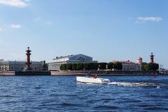 Biała łódź motorowa przy Neva rzeką Zdjęcia Stock