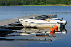 Biała łódź na cumowaniu Fotografia Royalty Free