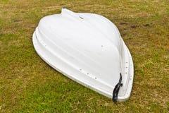 Biała łódź na ogródzie Zdjęcia Royalty Free