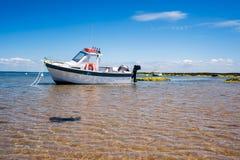 Biała łódź na piasku obrazy stock