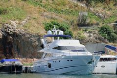 Biała łódź nad górą Zdjęcia Royalty Free