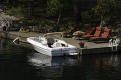 Biała łódź przy dokiem Fotografia Stock
