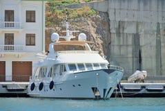Biała łódź w Balaclava Obrazy Stock