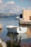 Biała łódź w marina Zdjęcie Stock