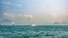 Biała łódź w morzu w Hong Kong Zdjęcie Stock