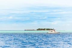 Biała łódź w oceanie indyjskim, samiec, Maldives Kopiuje przestrzeń dla obrazy stock