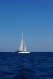 Biała łódź z żaglami w Śródziemnomorskim Fotografia Royalty Free