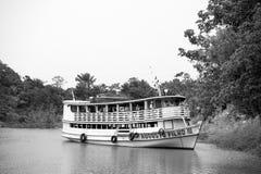 Biała łódź z turystami na wodzie Zdjęcie Stock