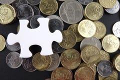 Biała łamigłówka z monetami Biznesu i finanse pojęcie Zdjęcie Royalty Free