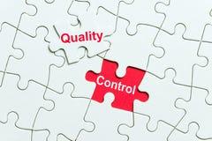 Biała łamigłówka z słowo kontrolą jakości zdjęcie royalty free