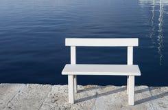 Biała ławka dla siedzieć morzem Zdjęcie Royalty Free