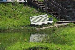 Biała ławka na brzeg staw zdjęcie royalty free