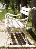 Biała ławka w parkowy (1) fotografia stock