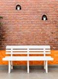 Biała ławka z kamieniem Zdjęcia Royalty Free