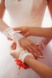 Biała ślubna mitynka na ręce panna młoda Zdjęcie Royalty Free