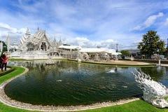 Biała świątynia - Wat Rong Khun w Chiang Raja przy słonecznym dniem Zdjęcia Royalty Free