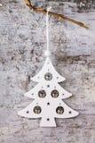 Biała świerczyna i dzwony na tle zdjęcia royalty free