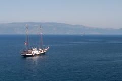 Biała żaglówka blisko hydry wyspy, Grecja Zdjęcia Stock