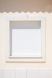 Biała żaluzja na okno w świetle słonecznym zdjęcie stock