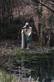 Biała żniwiarka śmierć z straszną kosą i lampą przy małym stawem zdjęcia royalty free