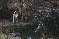 Biała żniwiarka śmierć z straszną kosą i lampą przy małym stawem fotografia royalty free
