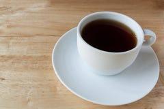 Biała angielska herbaciana filiżanka na drewnianym tle zdjęcia royalty free