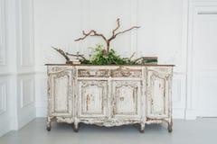 Biała antyczna rocznik komódka z roślinami i handmade wełny dekoracją Zdjęcie Royalty Free