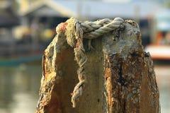 Biała arkana na betonowym słupie zdjęcie royalty free