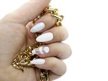 Biała artystyczna gwóźdź sztuka na długich gwoździach z złotym jewellery z białym tłem Obraz Stock