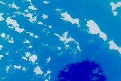 Biała, błękitna i cyan tło tekstura, Abstrakcjonistyczna mapa z północną linią brzegową, morze, ocean, lód, góry, chmury royalty ilustracja