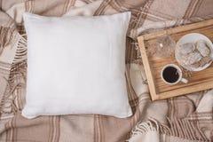 Biała bieliźniana poduszka, poduszkowy Mockup na szkockiej kracie Inrerior fotografia zdjęcia stock