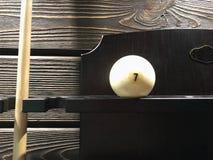 Biała bilardowa piłka z liczbą 7 jest na drewnianej półce obok wskazówki Zakończenie obraz royalty free