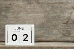 Biała blokowego kalendarza teraźniejszości data 2 i miesiąc Czerwiec na drewnianym tle zdjęcie royalty free