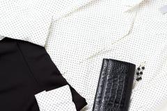 Biała bluzka i czerń omijamy, odgórny widok, zakończenie w górę, modny strój zdjęcie stock