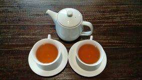 Biała ceramiczna filiżanka herbata i herbaciany garnek na brown drewnie zgłaszamy tło zdjęcie royalty free