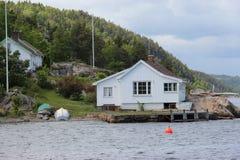 Biała chałupa jeziorem zdjęcia royalty free