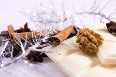 Biała ciemna czekolada z cynamonowym anyżowym orzechem włoskim Obraz Royalty Free