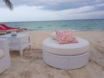 Biała czerwieni poduszka w plaży i leżanka zdjęcie stock