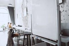 Biała deska w biurze od zamkniętej perspektywy zdjęcia royalty free