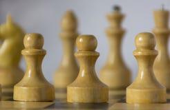 Biała drewniana bierka, szachowych kawałków stojak na chessboard w zdjęcia stock