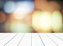 Biała drewniana perspektywa i zamazany abstrakcjonistyczny tło z boke Obrazy Stock