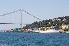 Biała duża statku wycieczkowego i wody Bosphorus cieśnina w Istanbuł, Turcja Obraz Royalty Free