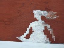 Biała dziewczyna malująca na czerwień domu ścianie Obraz Royalty Free