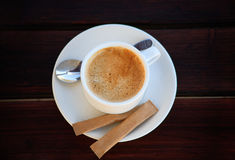 Biała filiżanka świeżo warząca kawa z cukierem Zdjęcie Royalty Free