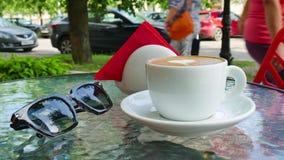 Biała filiżanka cappuccino Szkła są niedalecy filiżanka zdjęcie wideo