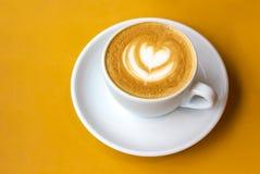 Biała filiżanka cappuccino z latte sztuką zdjęcia stock